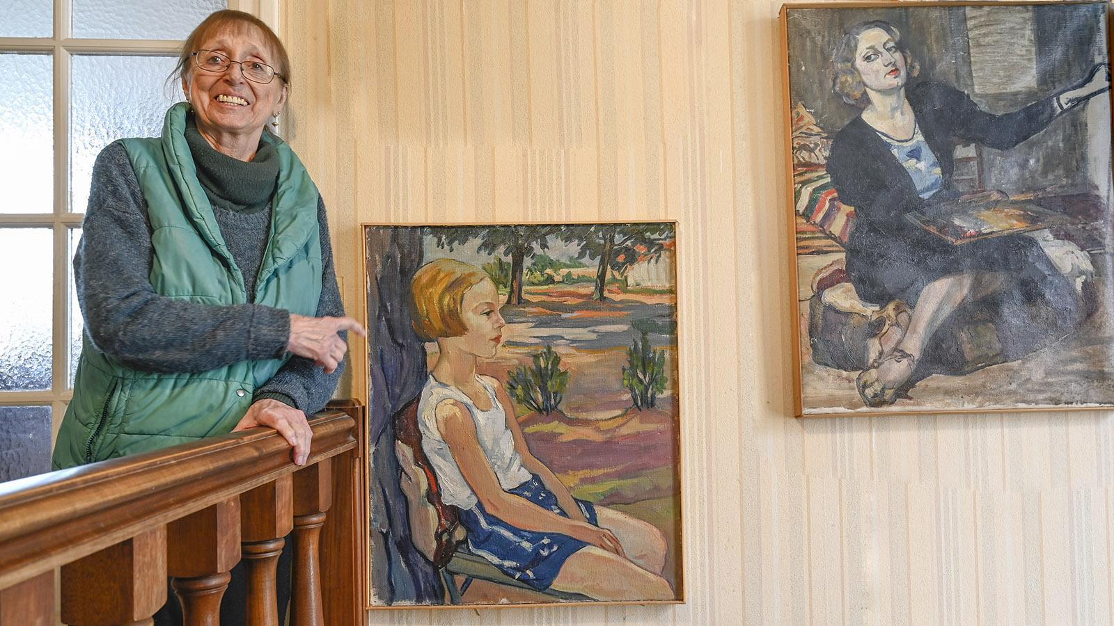 Madeleine Thoubillon de Moncroc: Chantal Haupt mit dem Bildnis ihrer Mutter und dem Portrait, das ihre Mutter von ihr als Siebenjährige gemacht hat. Foto: Hilke Maunder