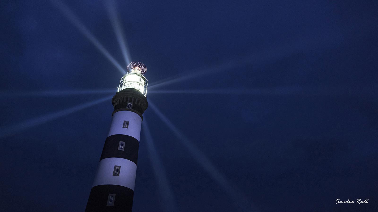 Strahlen in der Nacht, Phare du Créac'h, sein Licht zählt zu den stärksten Europas. Foto: Sandra Radl