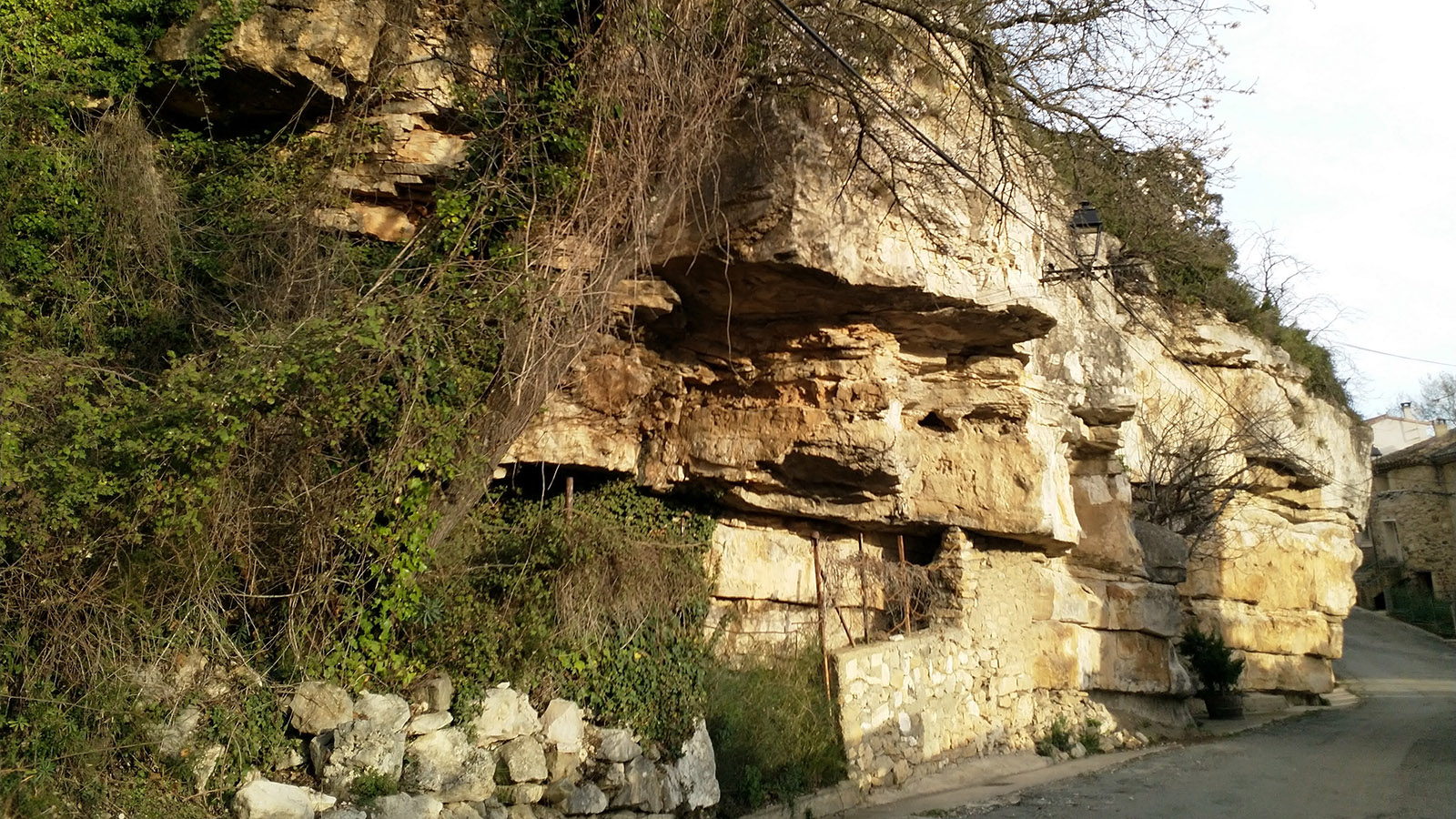 Die Felsen bei unserem Dorf im Minervois. Foto: Leonore Ander