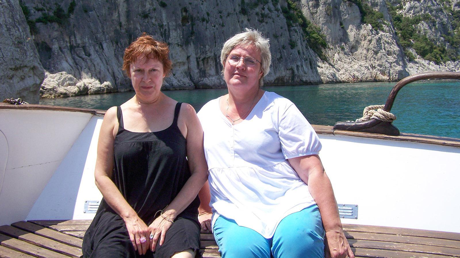 Meine bretonische beste Freundin und ich auf einer Bootsfahrt durch die Calanques zwischen Cassis und Marseille. Christine ist im Juli 2014 mit 59 Jahren an einer Gehirnblutung verstorben.