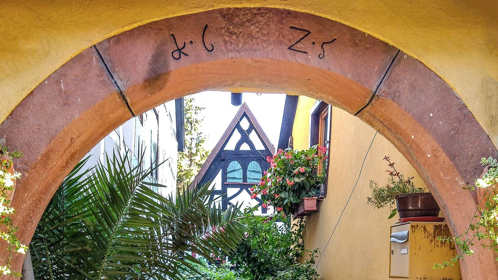Einer der zahlreichen Innenhöfe der Elsässer Häuser, durch den typischen Rundbogen des Eingangstors gesehen. Foto: Renate Dietzel