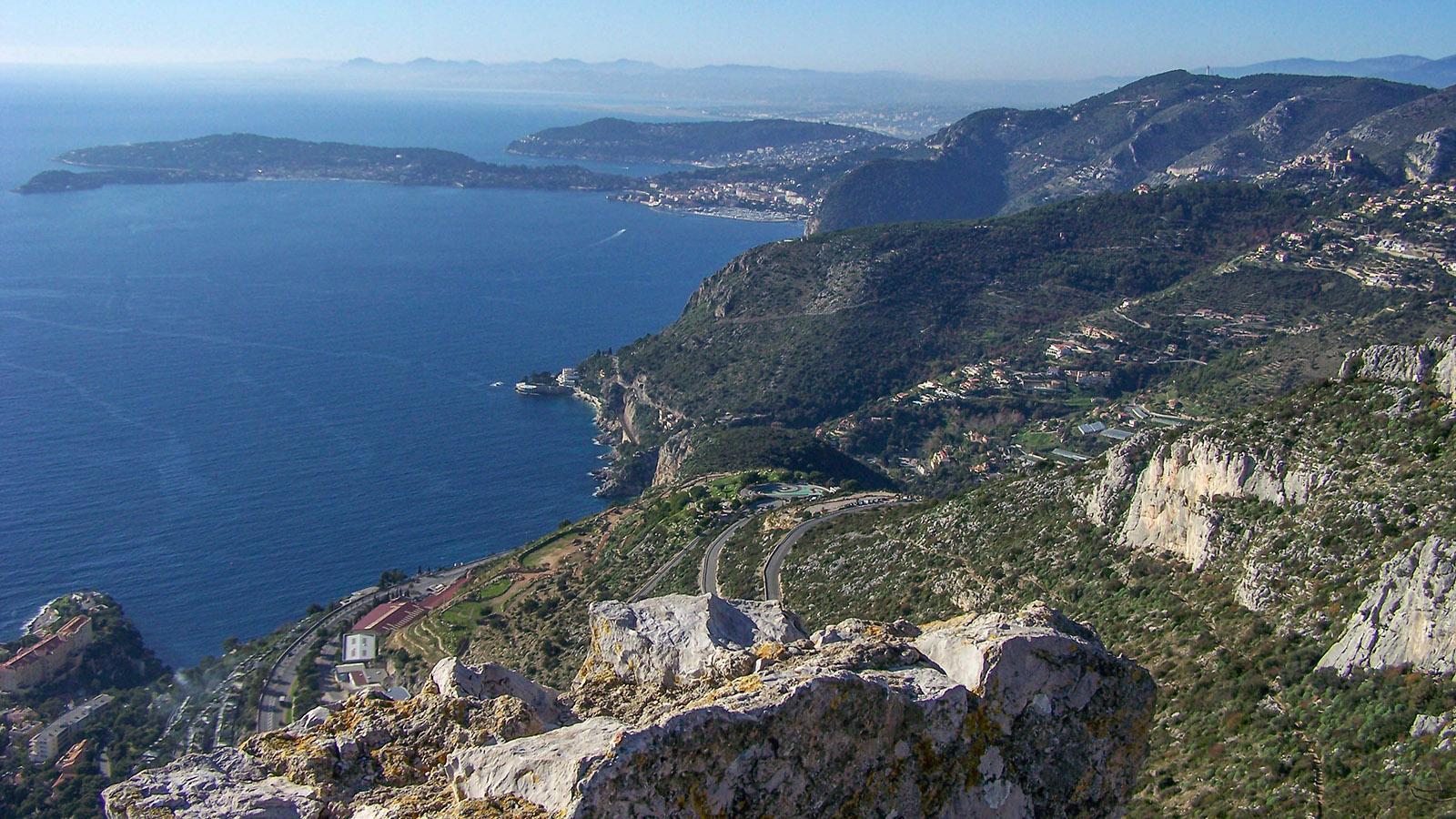"""Ein Stück der Côte d'Azur, gesehen vom """"Tête du Chien"""" oberhalb Monacos bis zur Halbinsel von Antibes."""