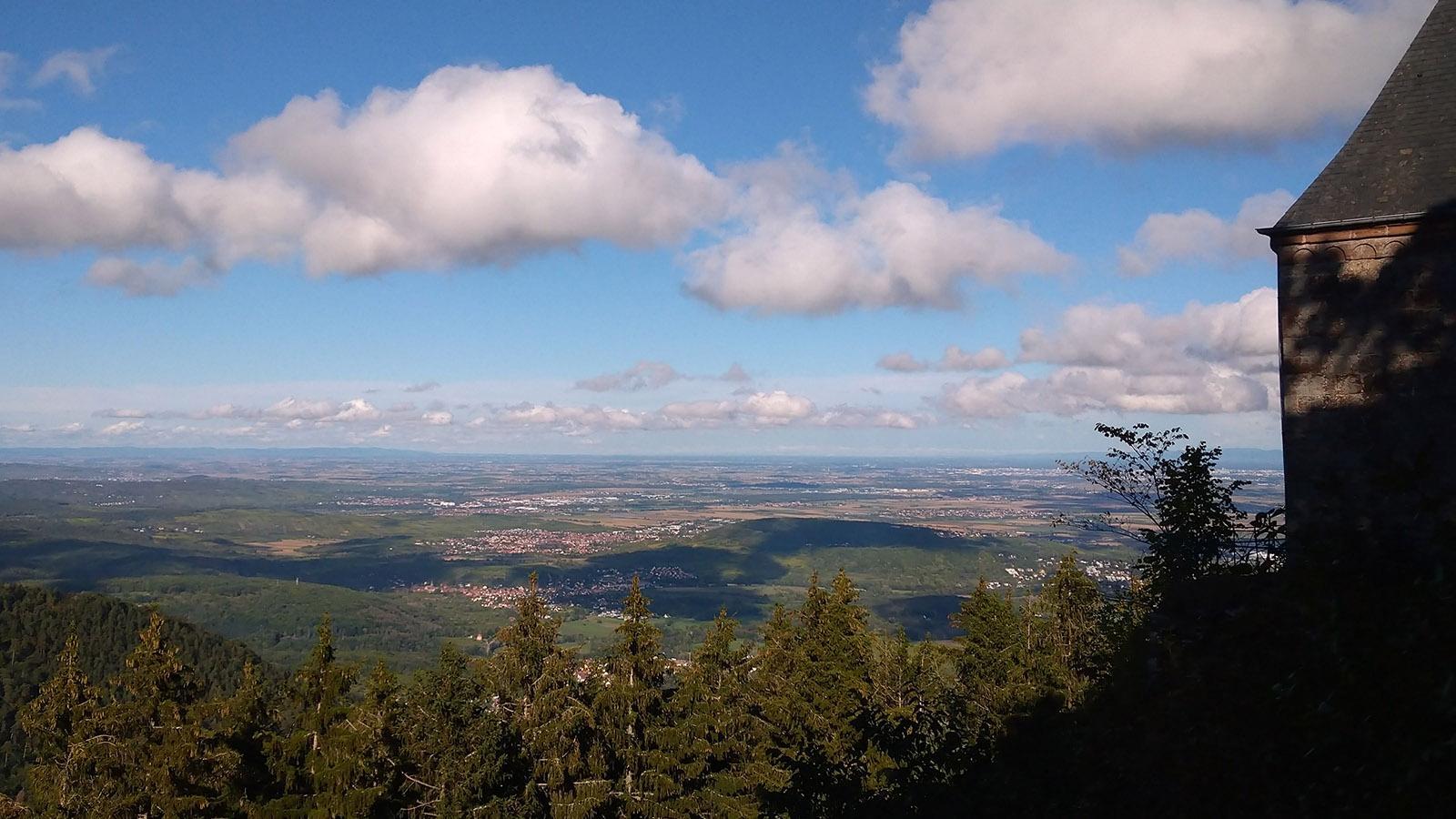 Die Elsässer Rheinebene, vom Kloster Odilienberg in nördlicher Richtung gesehen. Foto: Renate Dietzel