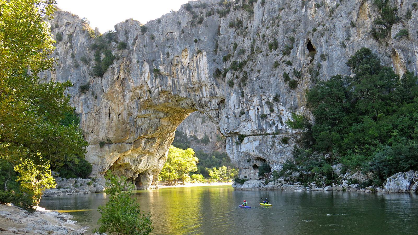 Kajaktour auf der Ardèche kurz vor einer ihrer größten Sehenswürdigkeiten. Der Pont d'Arc. Bild Kathrin