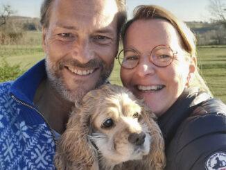 Oliver Kuhlmann mit seiner Frau Katja und der Hündin Püppie. Foto: privat