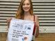 Die Fachoberschülerin Rebecca Allen mit der Werbetasche des INTER REG-Projektes. Foto: FagA/CAMT