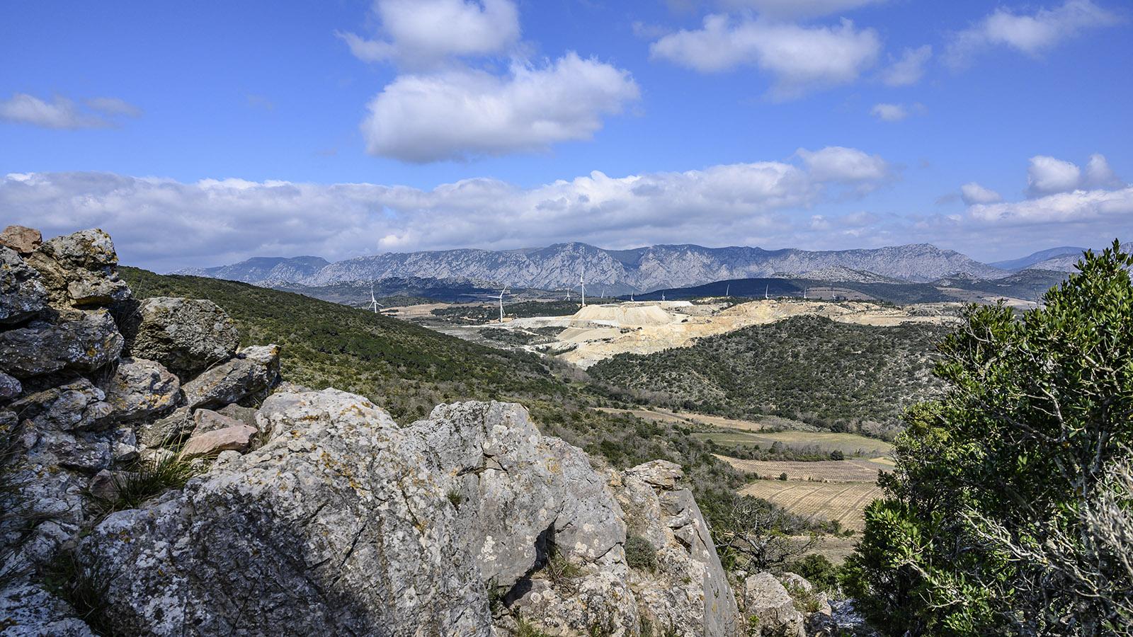 Der Blick von der Tour de Lansac auf den Steinbruch und die Corbières-Berge. Foto: Hilke Maunder