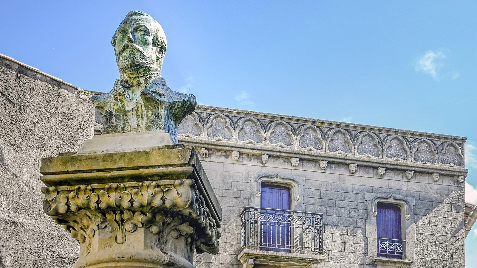 """Die Büste von Jean-Pierre Cros-Mayrevieille (1810 - 1876) erinnert auf der Place du Château an den """"Retter von Carcassonne""""-"""