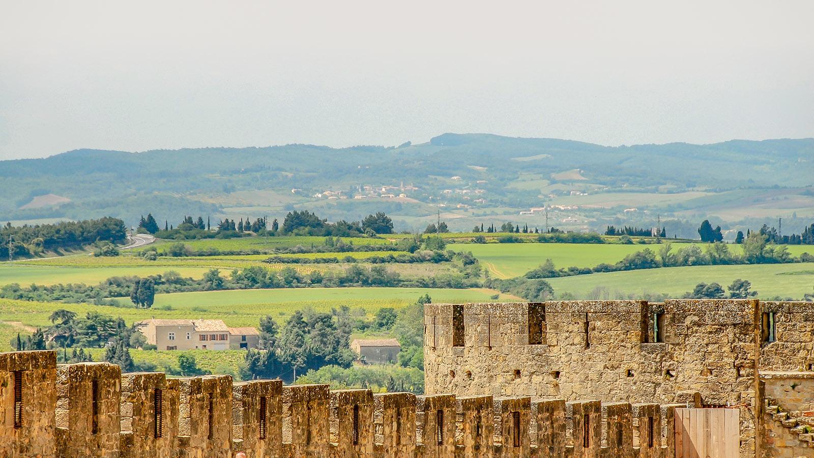 Der Blick vom äußeren Mauerring aufs Umland von Carcassonne. Foto: Hilke Maunder