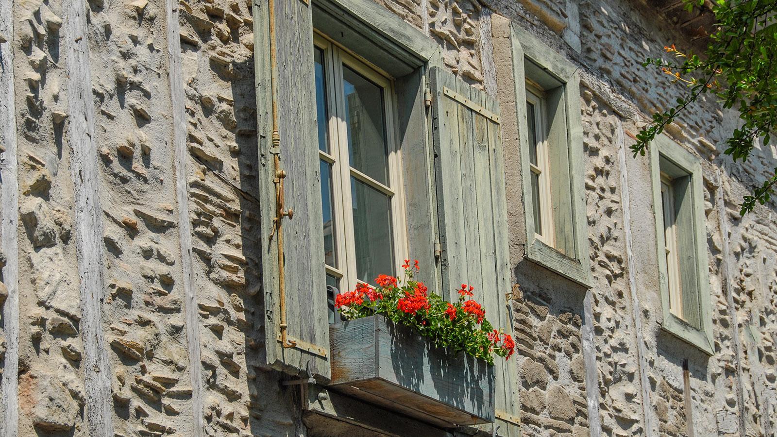 Carcassonne, Cité: Blumen schmücken die Fassaden. Foto: Hilke Maunder