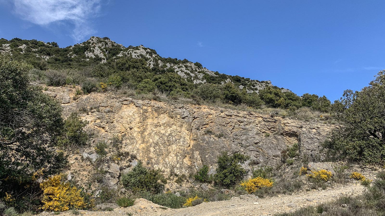 Kurz bergab hinter dieser Grube birgt ein Weg rechts zurück zum Dorf ab. Foto: Hilke Maunder