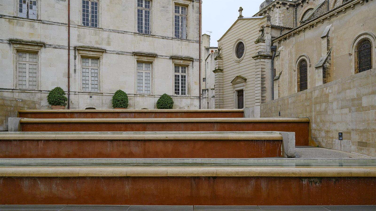 Der Treppenbrunnen der Place du Chapitre. Im Sommer fließt Wasser über die Stufen. Foto: Hilke Maunder