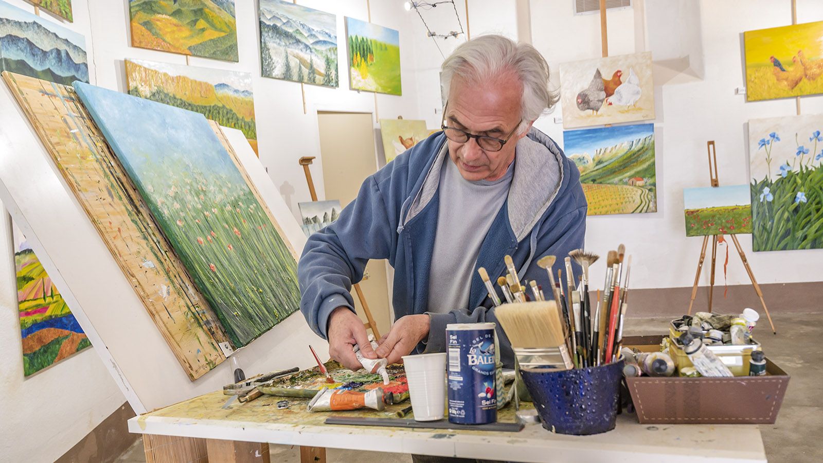 Philippe Roitg mischt seine Farben. Foto: Hilke Maunder