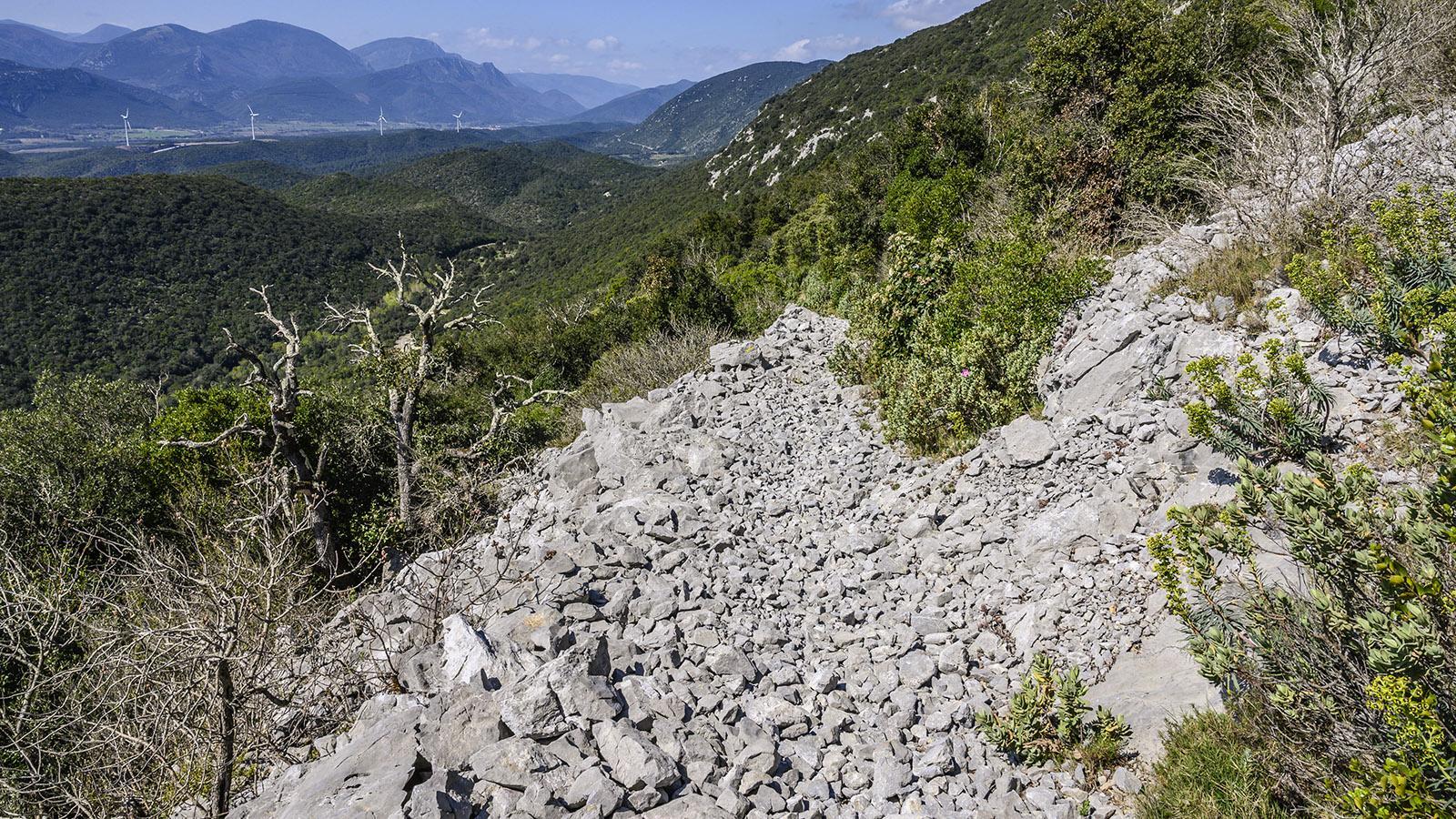 Die einzige größere Geröllpassage bei der Wanderung begegnet euch beim Abstieg nach Prugnanes. Vorsicht bei den lockeren Steinen! Foto: Hilke Maunder