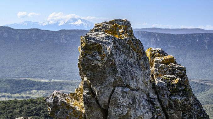 er Roc de Nissol vor dem Massiv des Canigou in der Ferne. Foto: Hilke Maunder