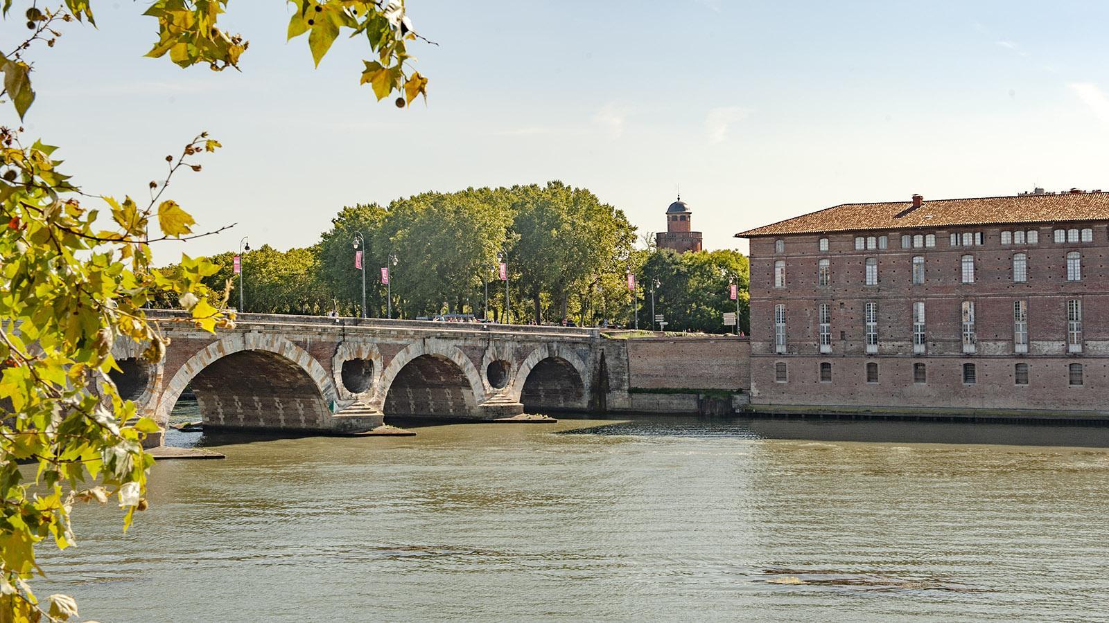 Die Pont Neuf mit dem Château d'Eau und dem Hôtel-Dieu am linken Garonne-Ufer von Toulouse. Foto: Hilke Maunder