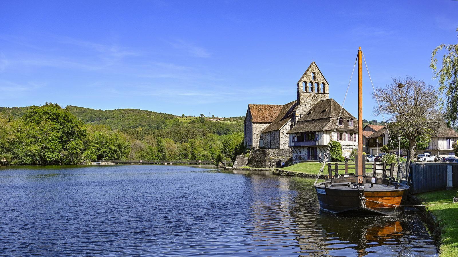 Auch in Bealieu ist eine Garbare am Ufer vertäut und legt im Sommer ab zu Ausflügen auf der Dordogne. Foto: Hilke Maunder