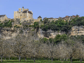 Beynac mit seiner Burg - hoch auf einer Kalkklippe über den Nusshainen auf dem Schwemmland der Dordogne. Foto: Hilke Maunder