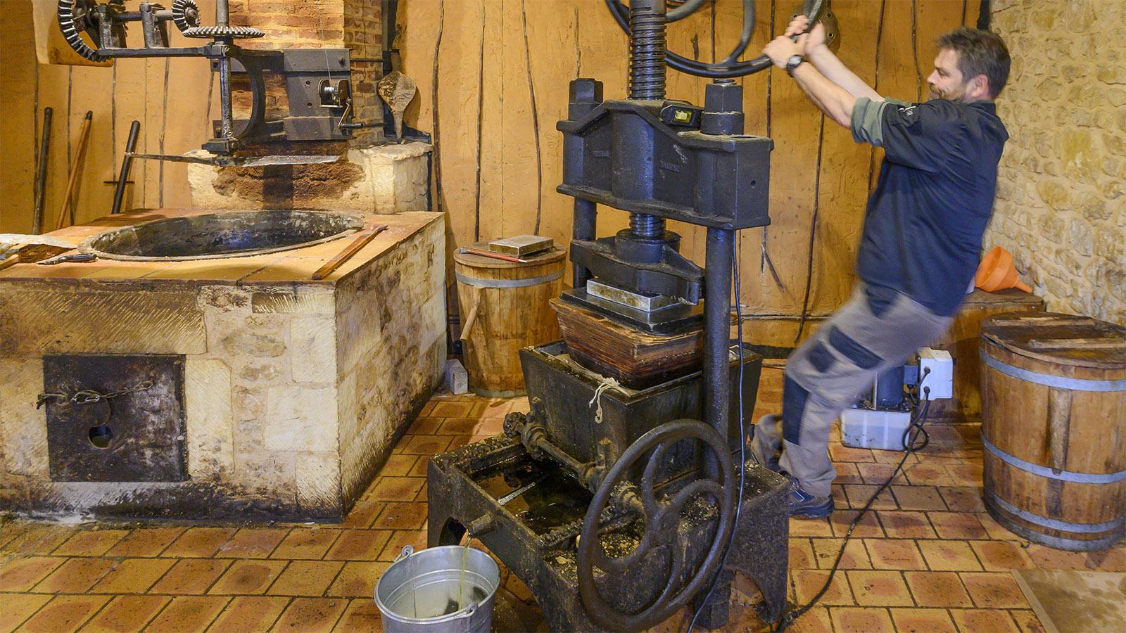 Bis heute eine anstrengende körperliche Arbeit ist das Pressen von Nussöl. Foto: Hilke Maunder