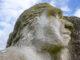 Der Neandertaler: Als Skulptur steht er im Grün zwischen Rathaus und Museum. Foto: Hilke Maunder