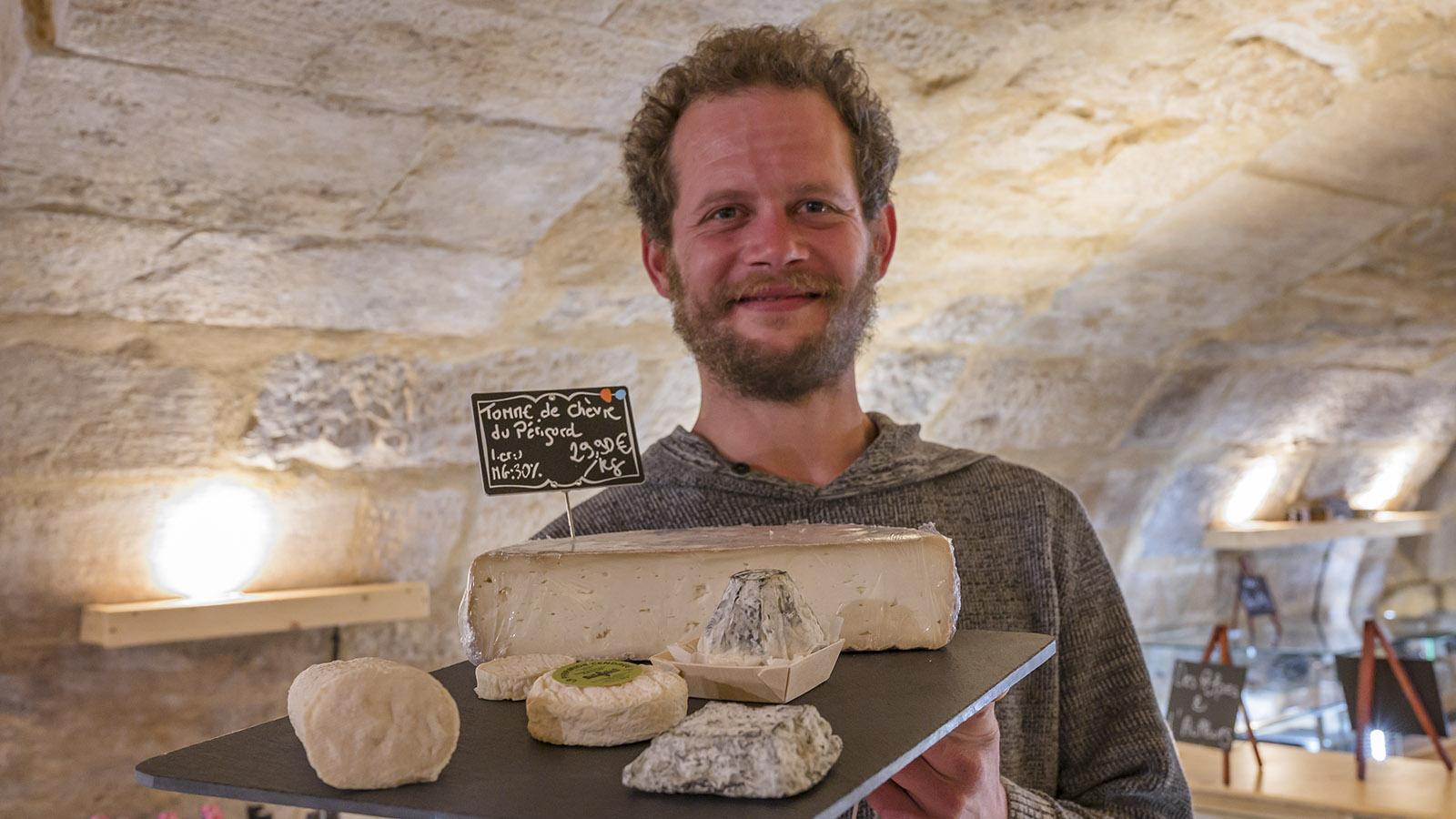 Saralt: Käsemeister Pierre mit einer Auswahl seiner Käsespezialitäten. Foto: Hilke Maunder