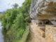 In der Altsteinzeit lebte vor rund 15.000 der Magdalénien in der Halbhöhle La Madeleine gegenüber von Tursac. Im Mittelalter arbeiten Bäcker und Färber unter den Felsüberhängen und wohnten dort gemeinsam mit Flusssc hiffern und Händlern. Bis ins 18. Jahrhundert war La Madeleine noch ein lebendiges Dorf. Foto: Hilke Maunder