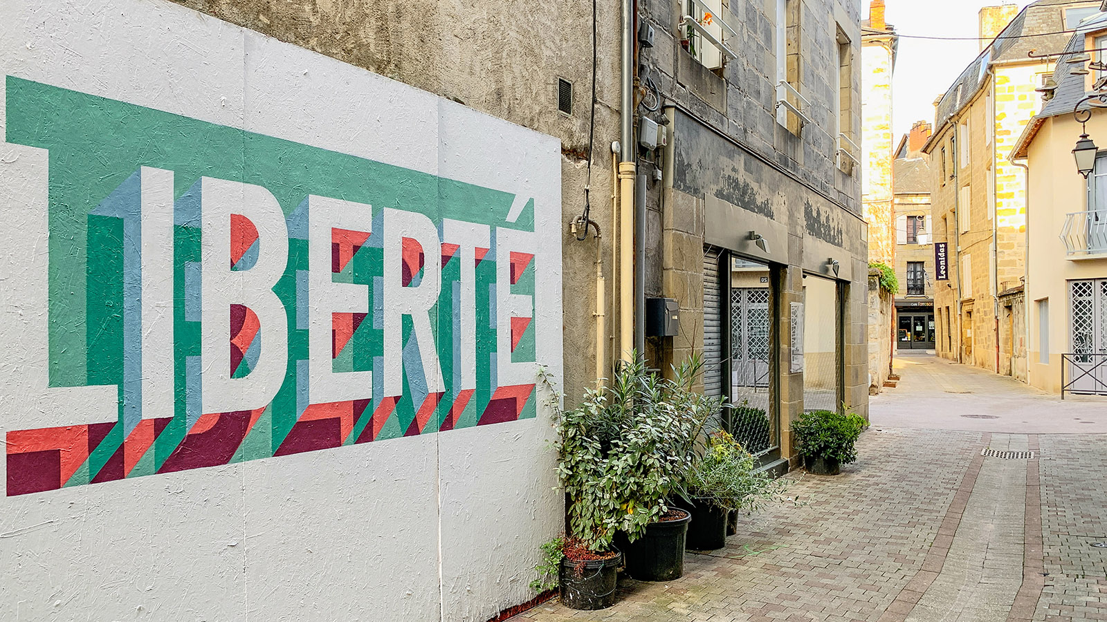 """""""Freiheit"""" fordert eine Fassade in der Altstadt von Brive. Foto: Hilke Maunder"""
