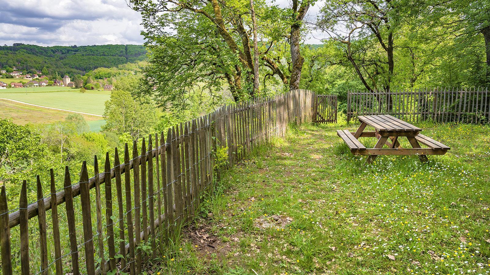 Der Picknickplatz hoch auf der Klippe mit Blick auf Tursac. Foto: Hilke Maunder