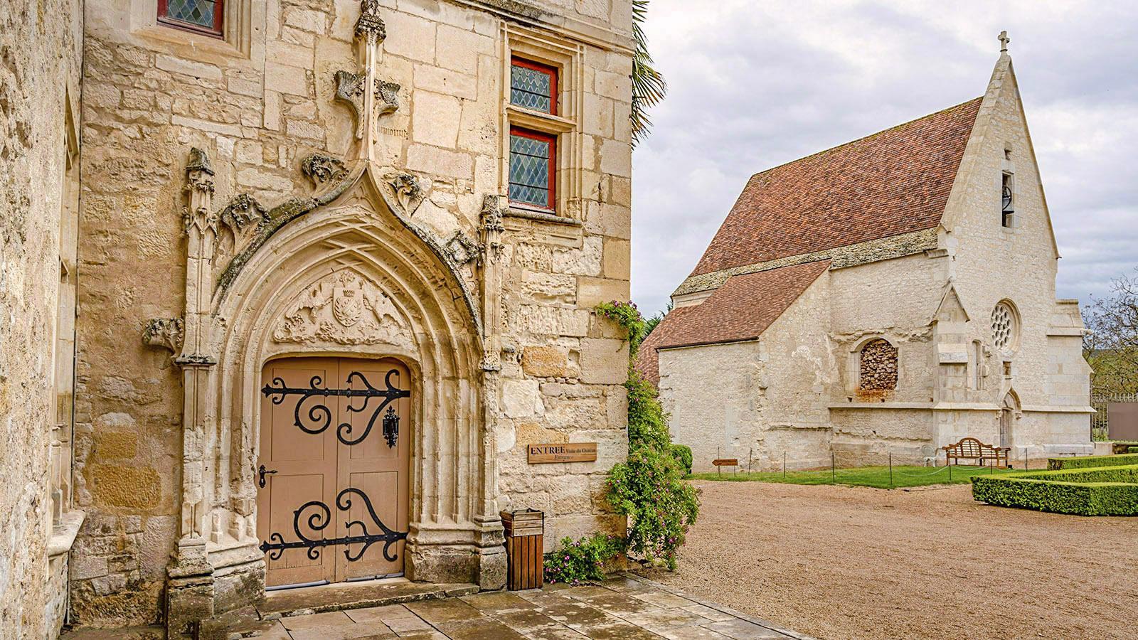 Les Milandes: Der Eingang ins Schloss - und die Kapelle. Foto: Hilke Maunder