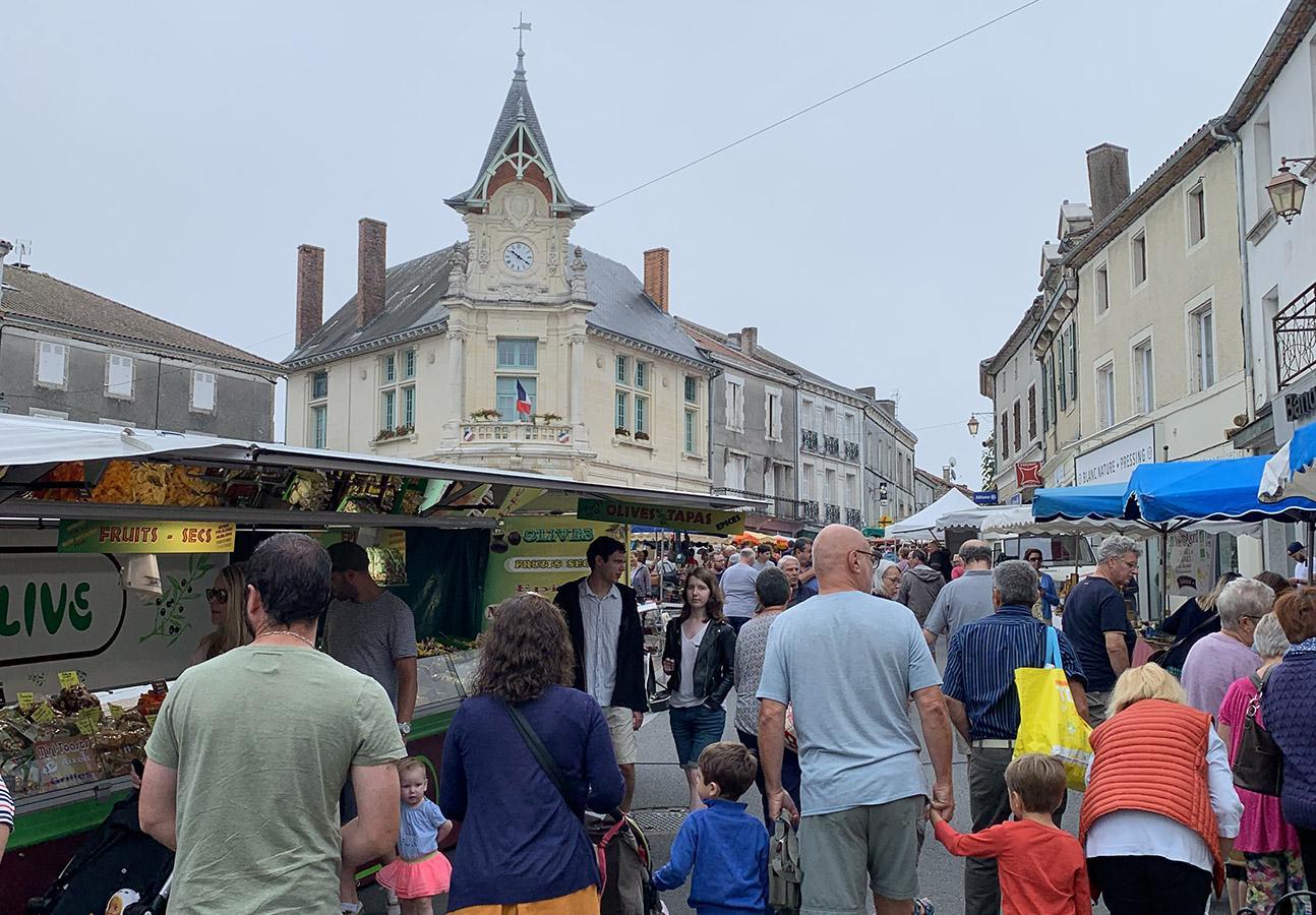 Der Markt von Piegut-Pluviers. Foto: Dana Mentzel