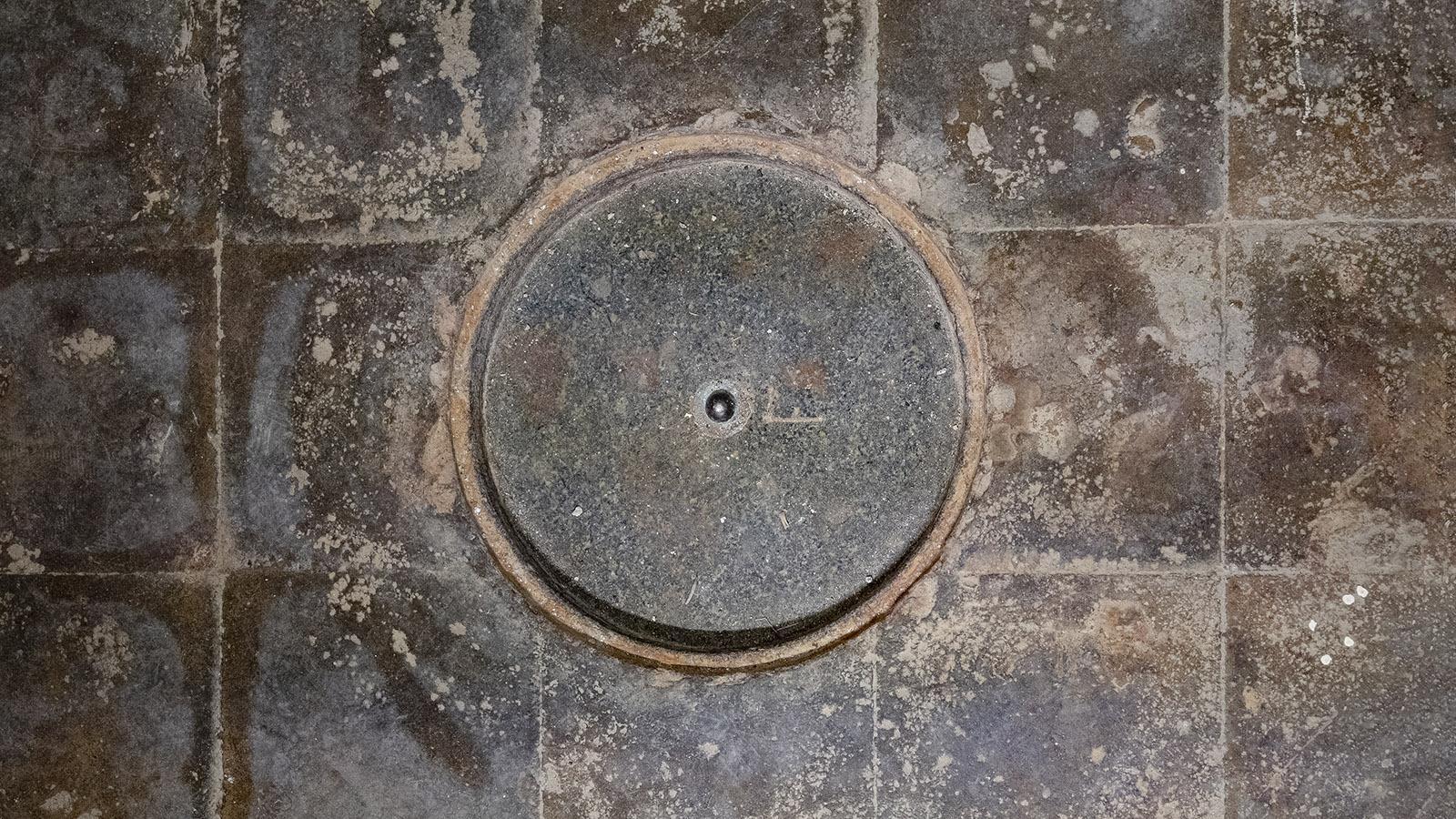 Der offizielle Nullpunkt des Meeresspiegels - im Marégraphe de Marseille ist er in den Boden eingelassen. Foto: Hilke Maunder