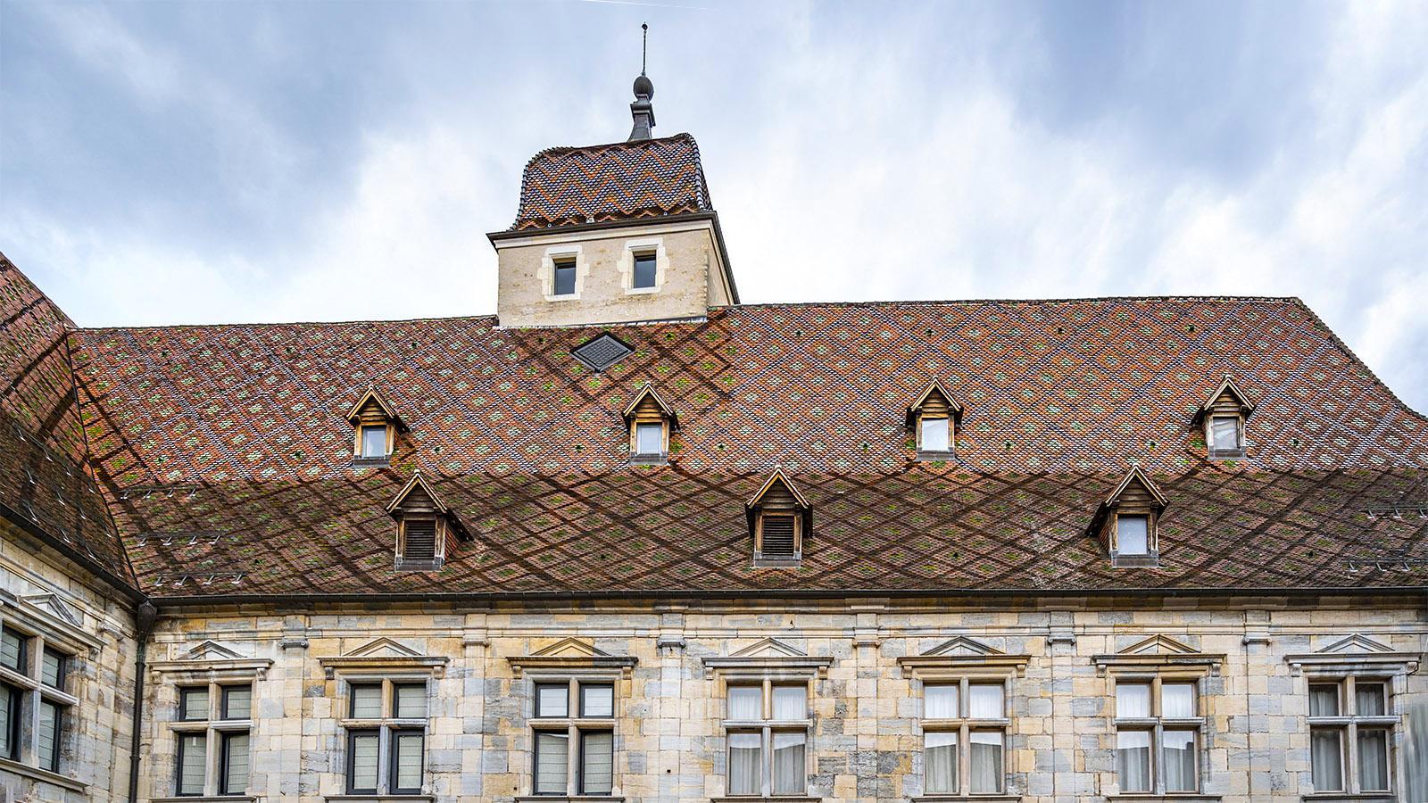 Besançon: das bunt glasierte Dach des Palais Granvelle. Foto: Hilke Maunder