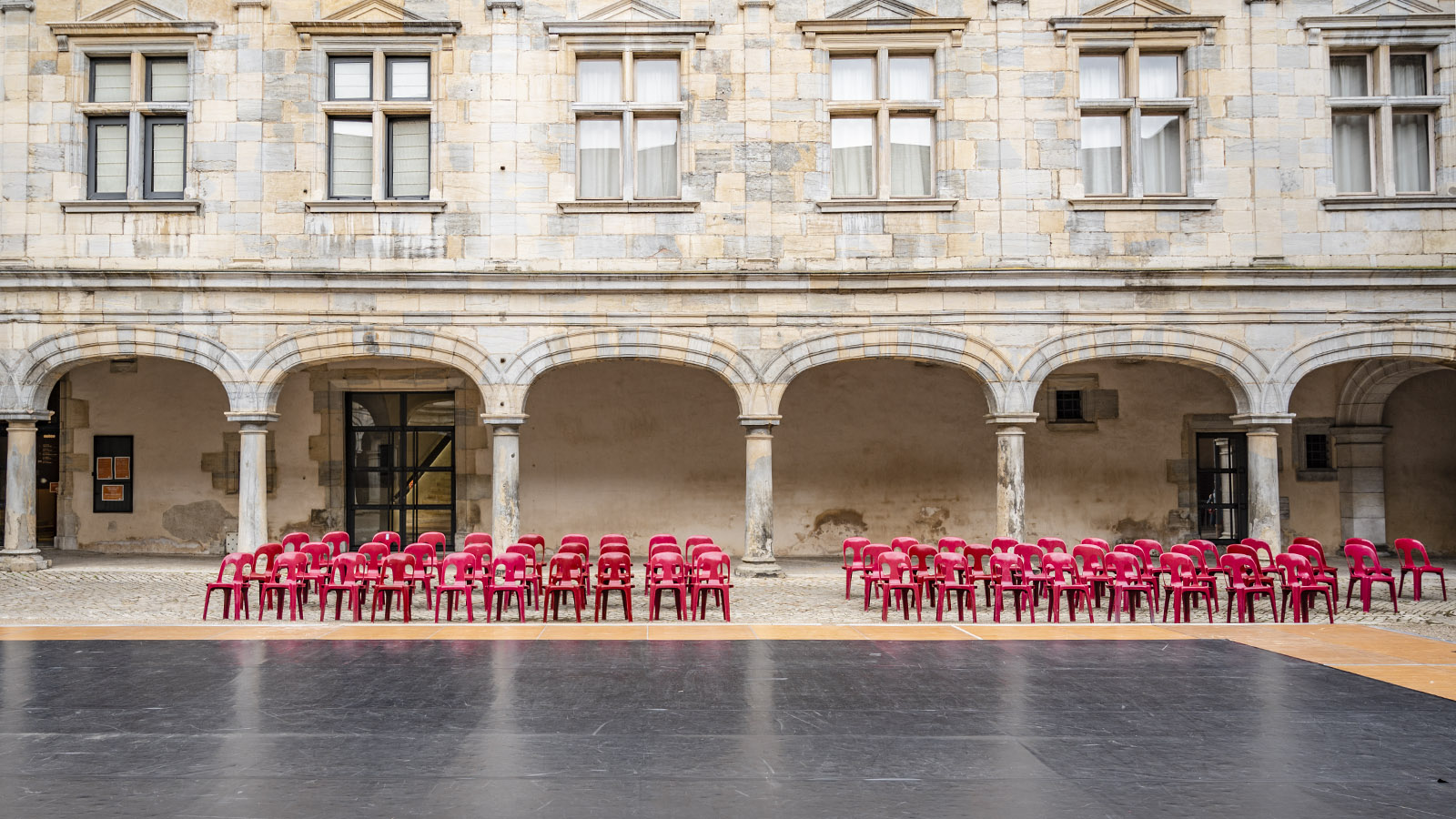 Im Sommer gastiert ein Tanzfestival im Innenhof des Palais Granvelle von Besançon. Foto: Hilke Maunder