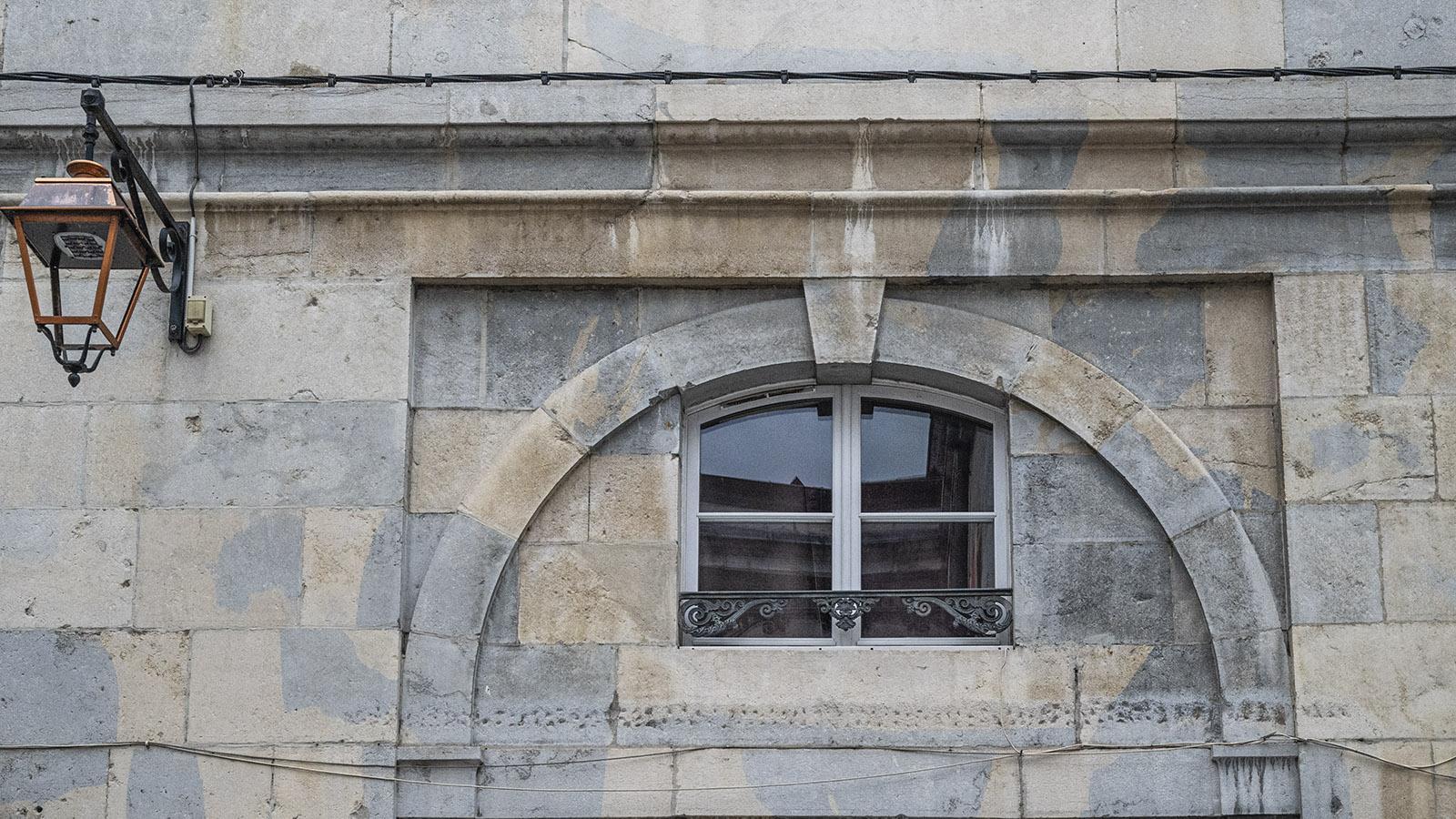 Blaue und weiße Steine prägen die Fassaden in Besançon. Foto: Hilke Maunder