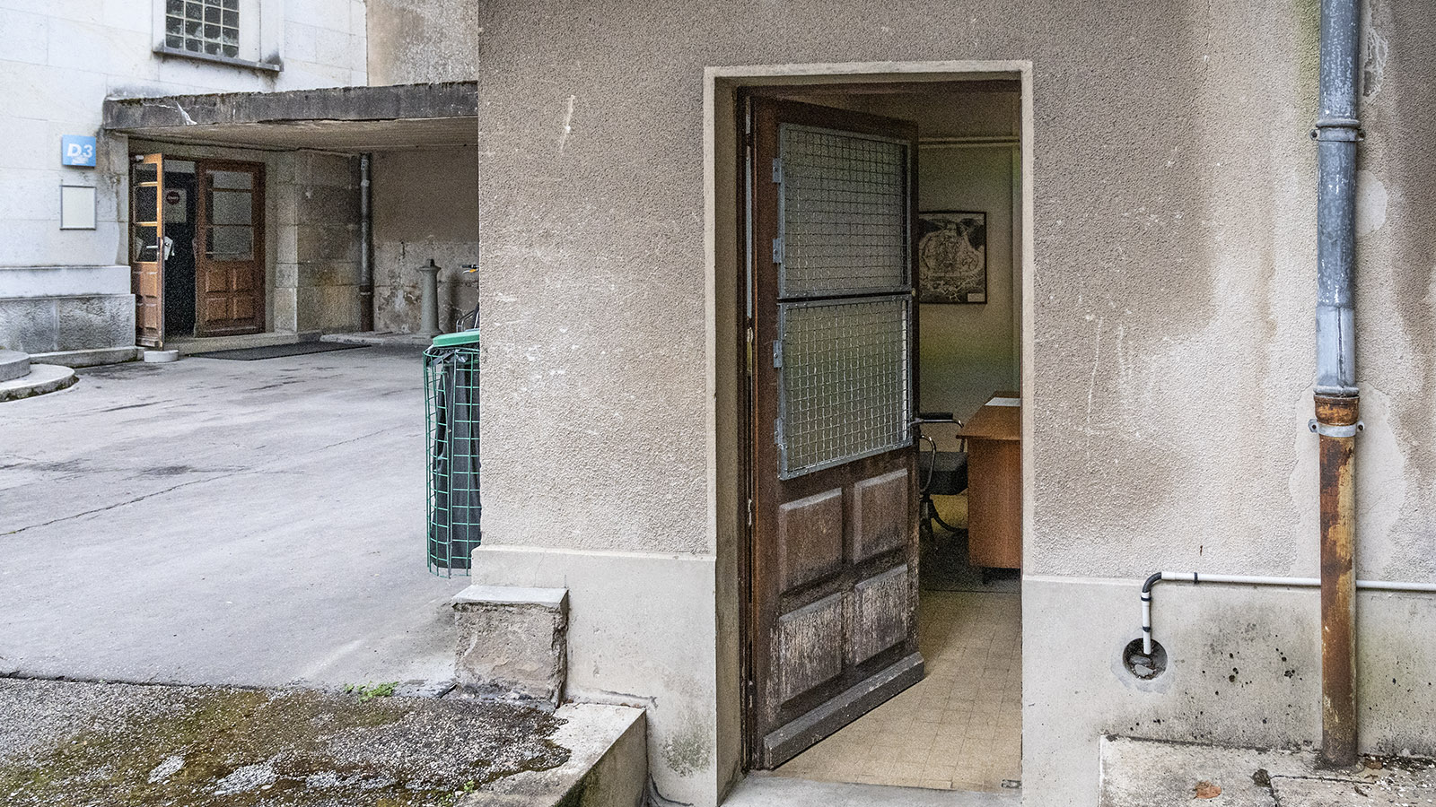 Besançon: Hinter dieser unscheinbaren Tür in einem Hinterhof der Uni verbirgt sich Erstaunliches. Foto: Hilke Maunder
