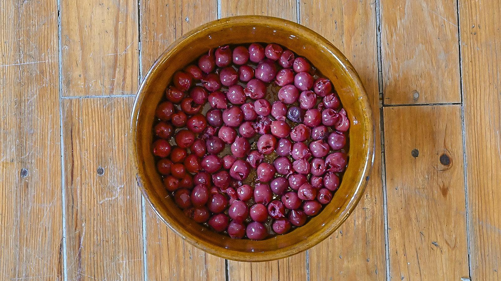 Clafoutis aux cérises. Die Kirschen - wer keine friscen Früchte erhält, nimmt entsteinte Kirschen aus dem Glas. Foto: Hilke Maunder
