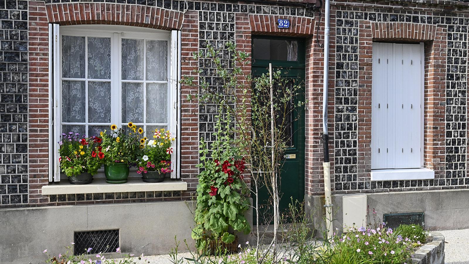 Dunkler Feuerstein und Backstein paaren sich auf der Fassade. Foto: Hilke Maunder