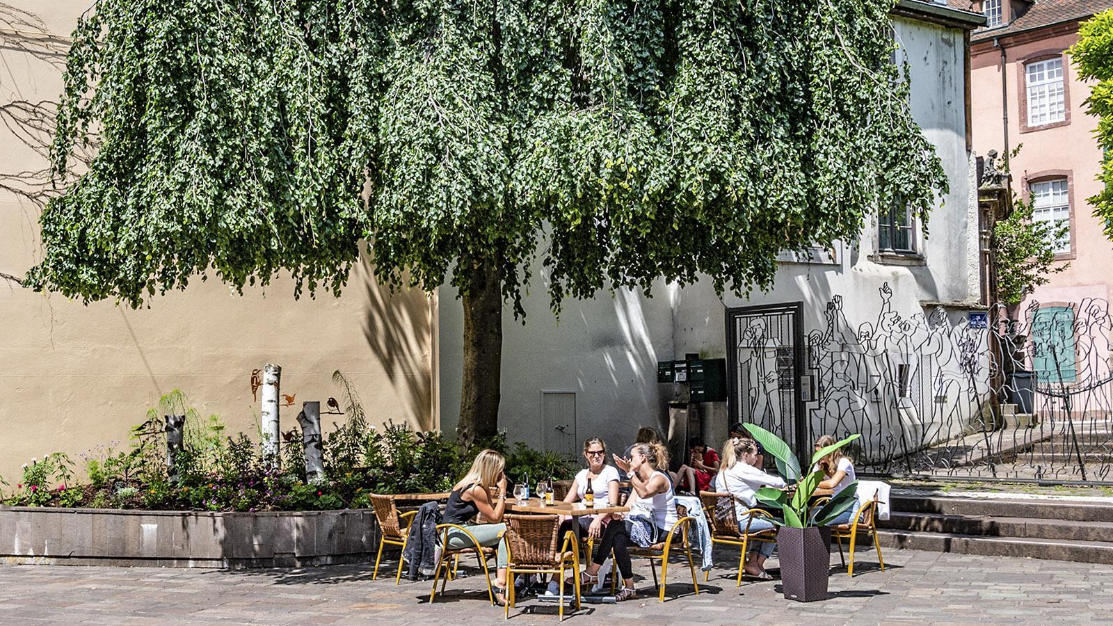 Shopping und schauen: ein Freiluftlokal der Fußgängerzone der historischen Altstadt.