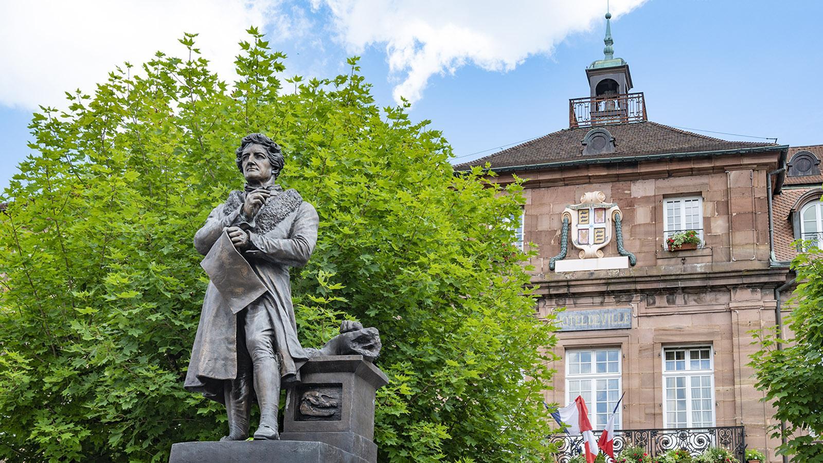 Das Denkmal für Georges Cuvier steht vor dem Rathaus auf der Place Saint-Martin. Foto: Hilke Maunder