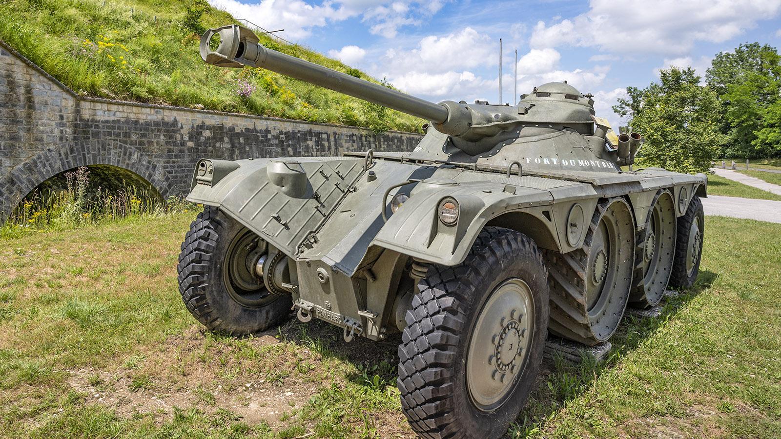 Auf dem Mont-Bart erinnert ein Panzer an die einstige militärische Funktion der Festung. Foto: Hilke Maunder