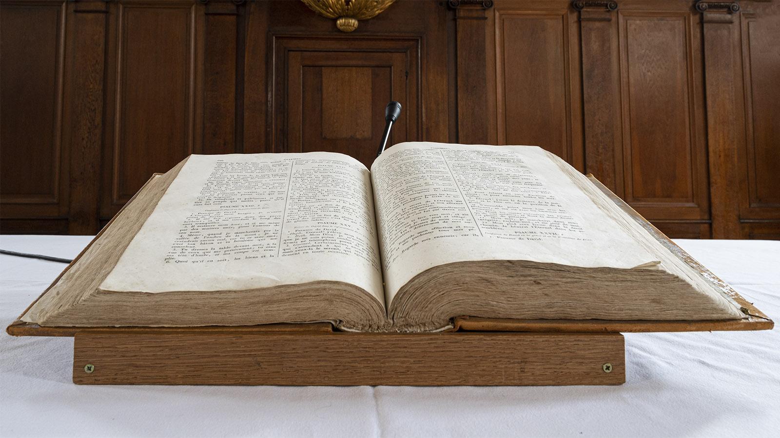 Bei den Protestanten ist die Bibel in den Kirchen stets aufgeschlagen in Frankreich. Foto: Hilke Maunder