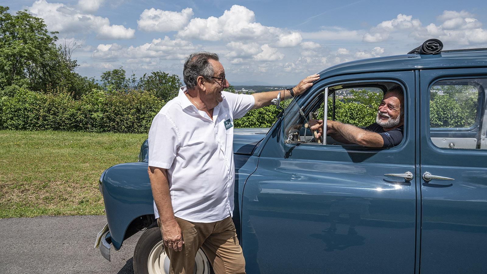 Jean-Luc Tissot (l.) und Denis Pechin vom Club des Vieux Volants Franc-Comtois de Sochaux starten zu historischen Rundfahrten durch das <em>Pays de Montbéliard</em>. Foto: Hilke Maunder