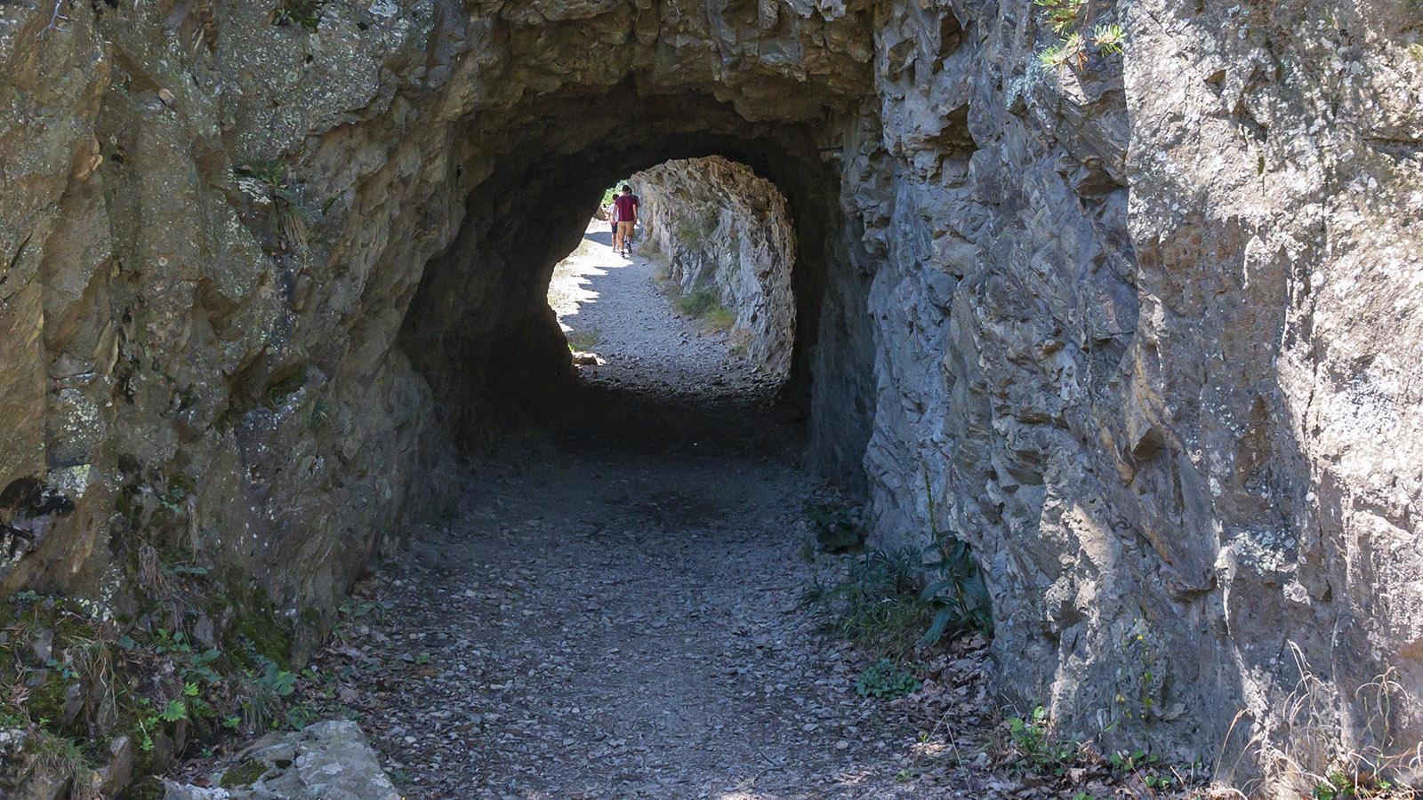 Hinter diesem Felstor beginnt der Hangweg. Foto: Hilke Maunder