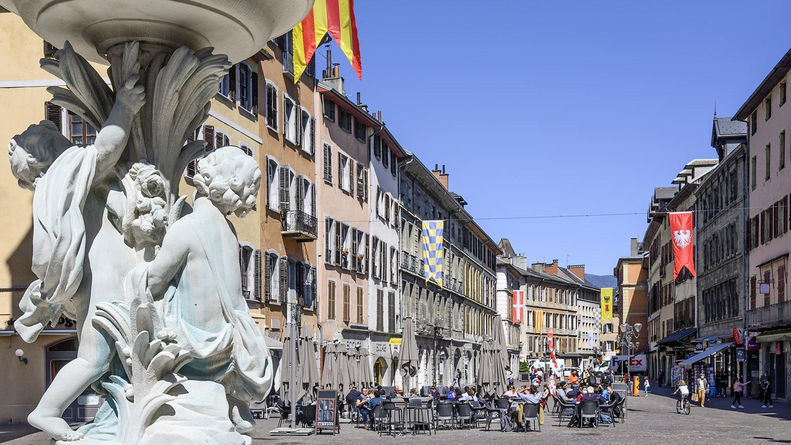 Historisierende Brunnen schmücken die Place Saint-Léger. Foto: Hilke Maunder