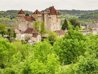 Curemonte liegt langgestreckt auf einem Hügelkamm im Süden der Corrèze. Foto: Hilke Maunder
