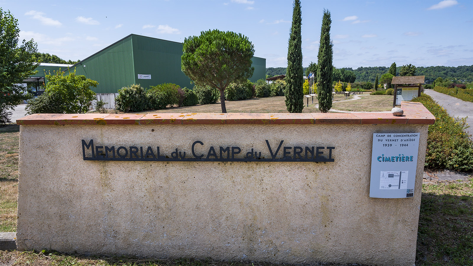 Gedenkstätte an der Nationalstraße 20: das <em>Mémorial Camp du Vernet. </em>. Foto: Hilke Maunder