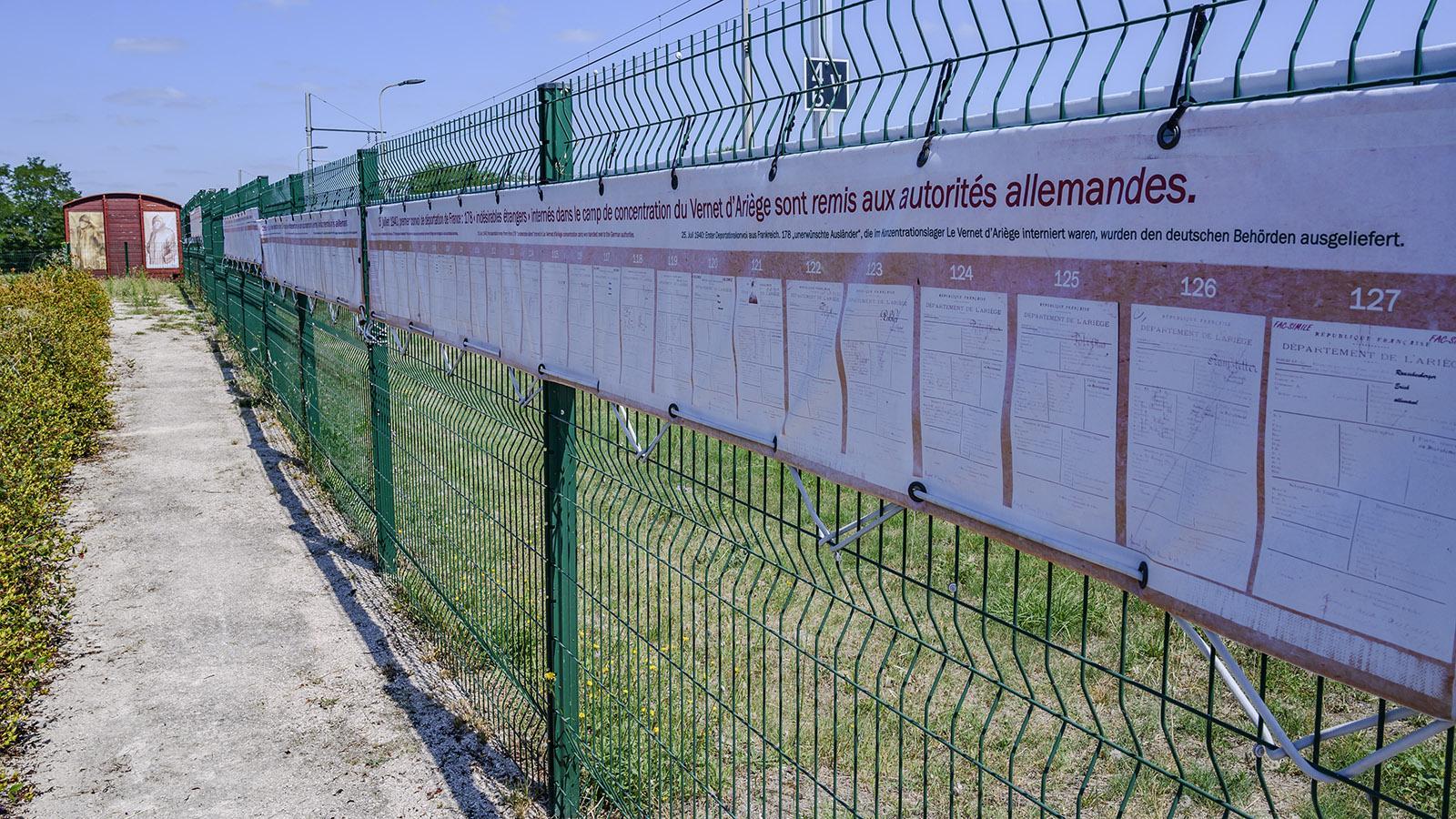 Am Bahnhofszaun aufgelistet: 178 Identitätskarten von Deportierten. Foto: Hilke Maunder