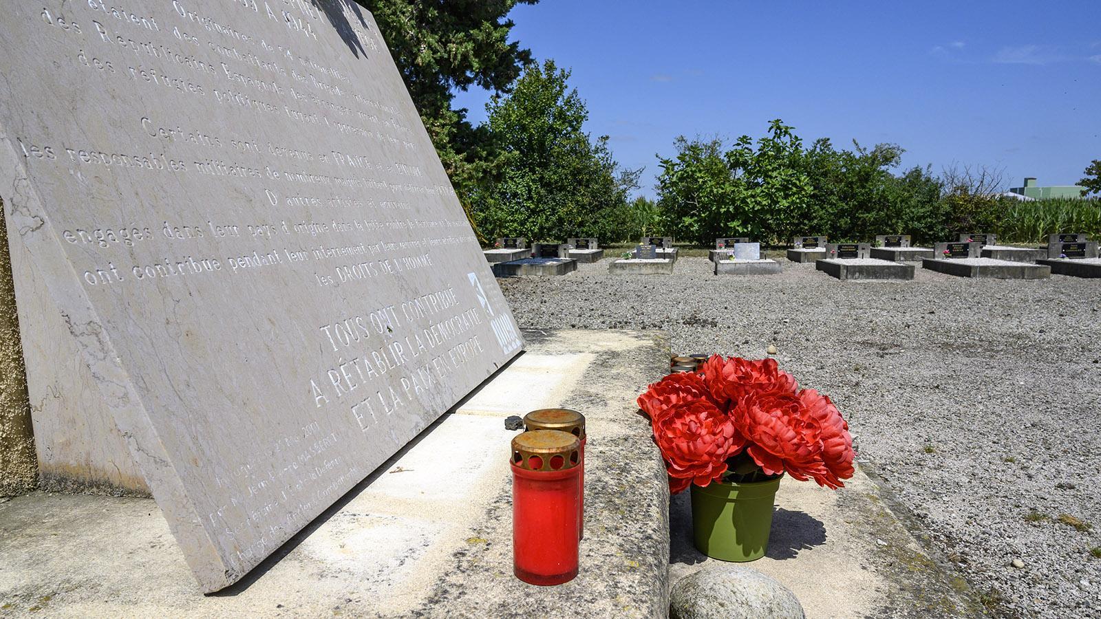 Am Gedenkstein des Friedhofs werden bis heute Kerzen entzündet und Blumen niedergelegt. Foto: Hilke Maunder