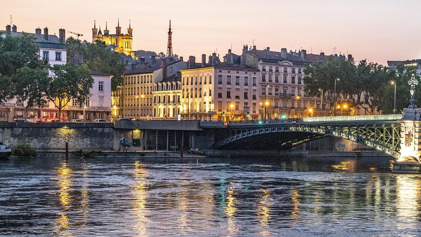 Der Blick vom Schiff auf das nächtliche Lyon. Foto: Hilke Maunder