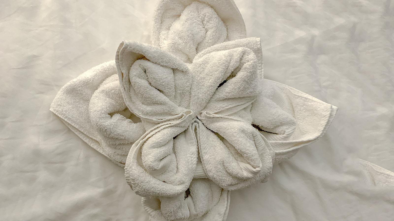 Ein Handtuch als Blume - so überraschte mich der Zimmerservice. Foto: Hilke Maunder